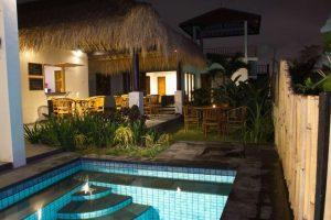 Surf WG Surfcamp Bali der Pool des Haupthauses bei Nacht
