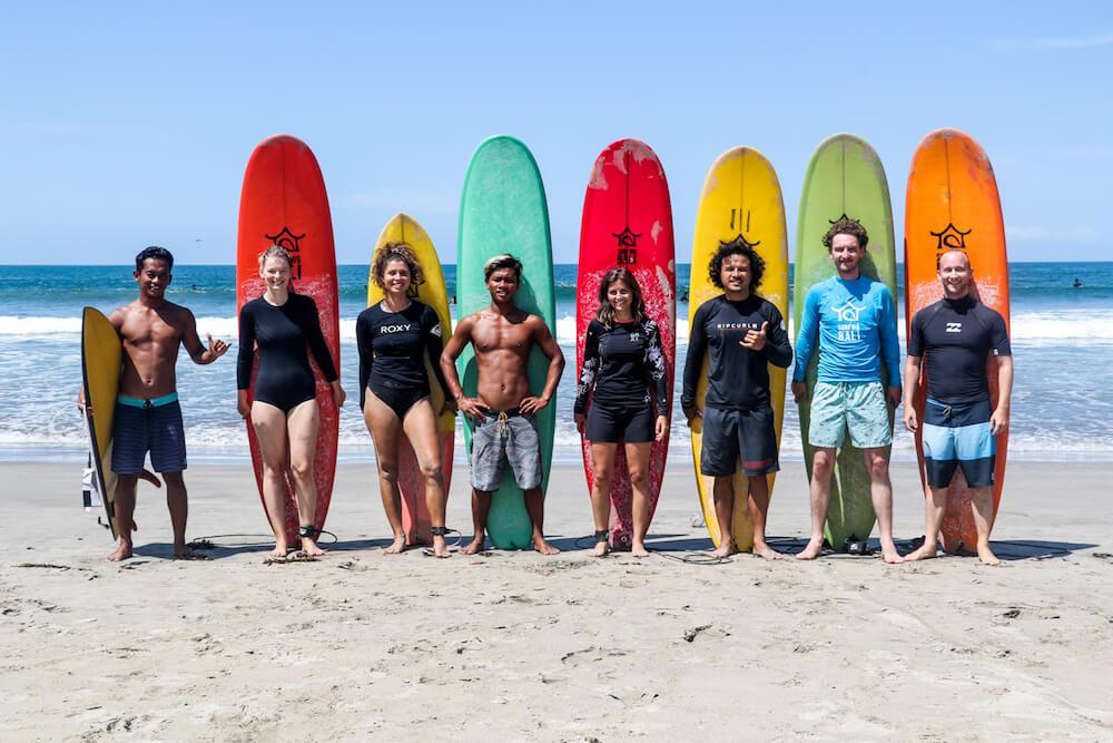 SurfWg surfcamp Gaeste mit surfboards gruppenbild